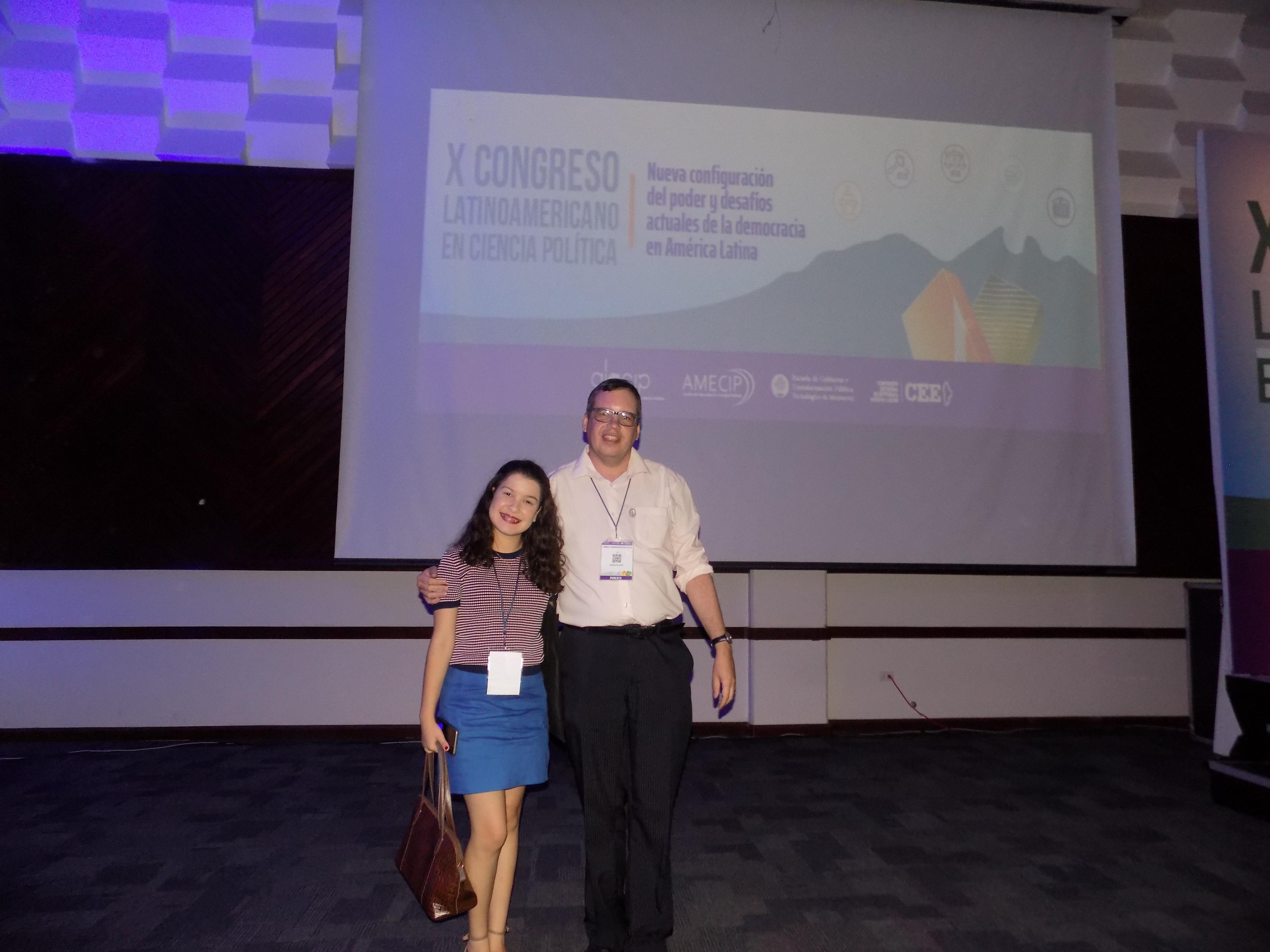 Professor e aluna apresentam trabalho em congresso no México