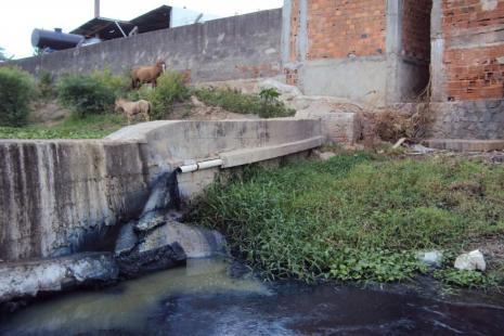 empresa despejando efluente no rio capibaribe